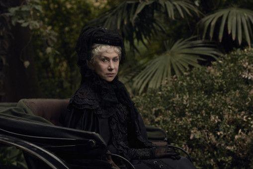 Die Witwe Sarah Winchester (Helen Mirren) lebt in einer monströsen Villa, die sie immer weiter ausbauen lässt.