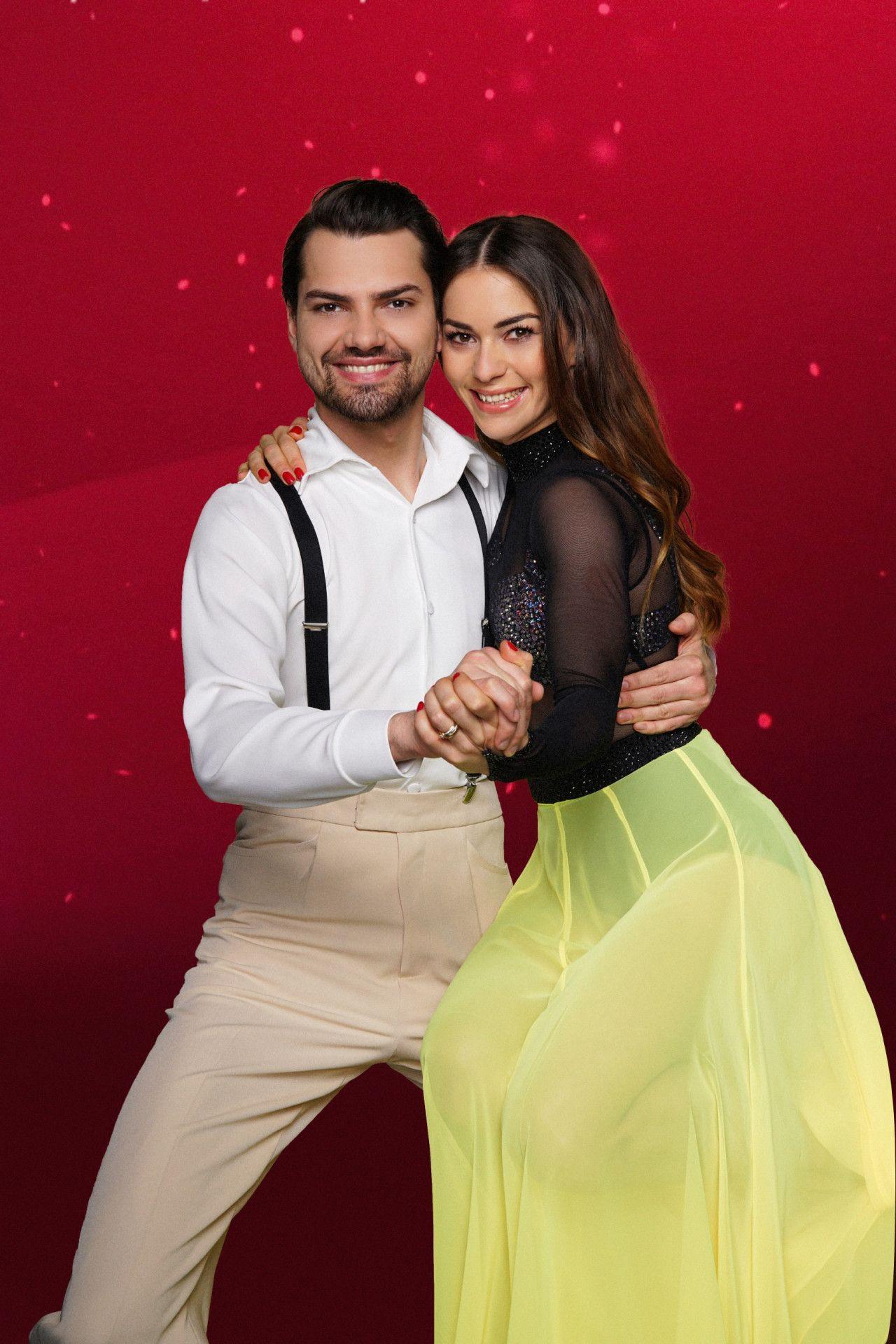 Schauspieler und Sänger Jimi Blue Ochsenknecht tanzt mit Renata Lusin.