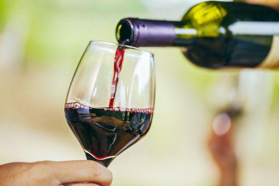 Mundpflege: Polyphenole aus Rotwein wehren Keime im Mund ab.