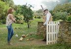 Die freundliche Bea (Rose Byrne) versucht den alten McGregor (Sam Neill) davon zu überzeugen, die lieben Hasen in Ruhe zu lassen.
