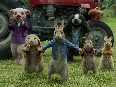 Peter (Mitte) und seine Schwestern und Freunde überlegen, wie sie trotz Elektrozaun in den Garten des Nachbarn gelangen können.