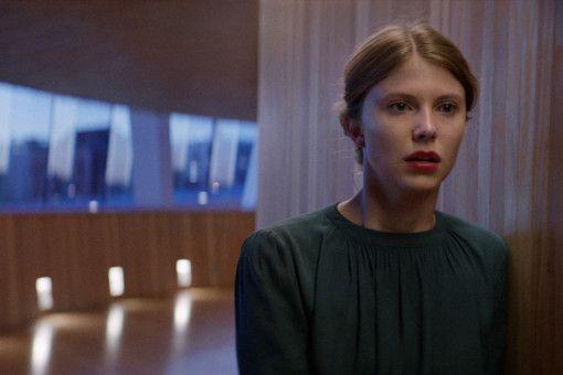Thelma (Eili Harboe) stammt aus einem streng religiösen Elternhaus und versucht sich davon abzunabeln.