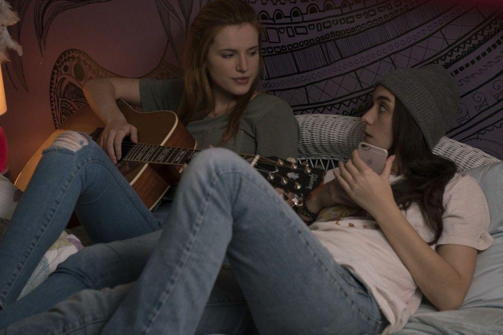 Mit ihrer besten Freundin Morgan (Quinn Shephard, rechts) unterhält sich Katie (Bella Thorne) über Jungs und die Welt.