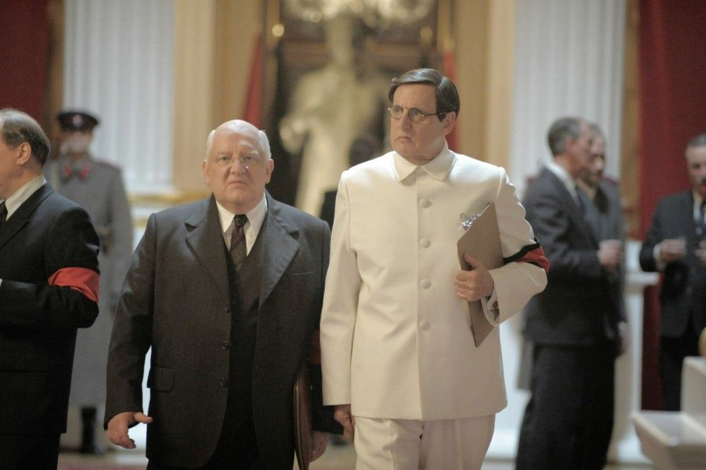 Nach Stalins Tod streiten sich Geheimdienstchef Lawrenti Beria (Simon Russell Beale, links) und ZK-Mitglied Georgi Malenkow (Jeffrey Tambor) um die Macht im Staate.