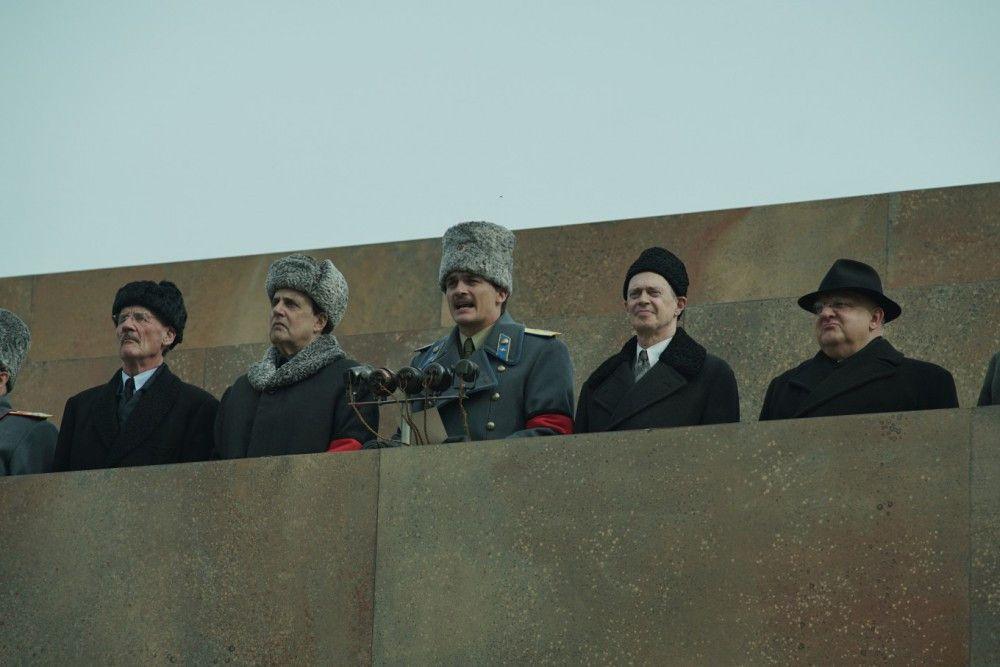 Bei Stalins Trauerfeier hält Wassili (Rupert Friend, Mitte), der Sohn des Diktators, eine Rede. Das Politbüro lauscht peinlich berührt.