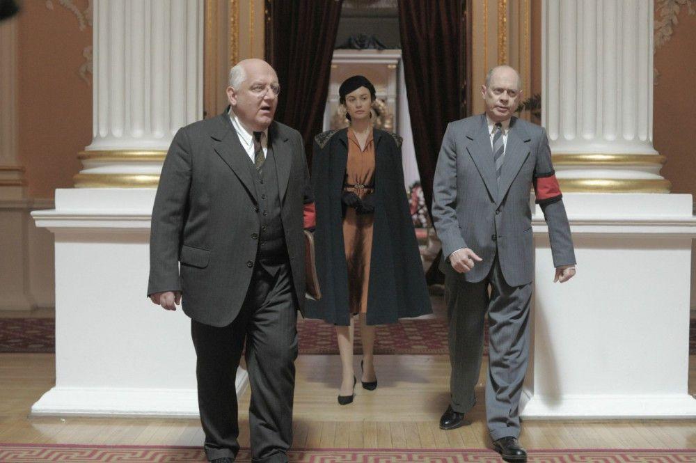 Geheimdienstchef Lawrenti Beria (Simon Russell Beale, links) und Nikita Chruschtschow (Steve Buscemi) empfangen Stalins Tochter Sweltana (Andrea Riseborough).