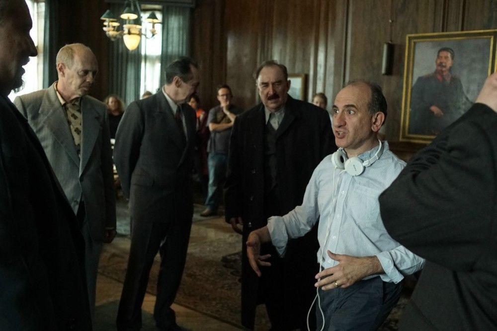 """Armando Iannucci (rechts) am Set von """"The Death of Stalin"""": Der Regisseur ist ein Fachmann für politische Comedy."""