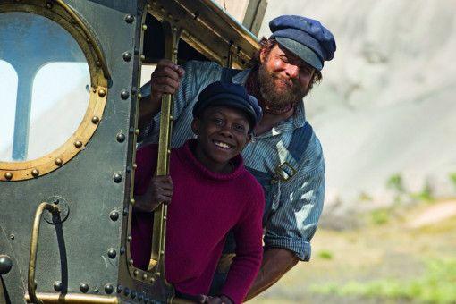 Jim Knopf (Solomon Gordon, vorne) und Lukas (Henning Baum) sind mit Emma unterwegs.