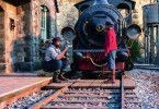 Lokomotivführer Lukas (Henning Baum, links) und Jim Knopf (Solomon Gordon) verbindet eine verzaubernde, tiefe Freundschaft.