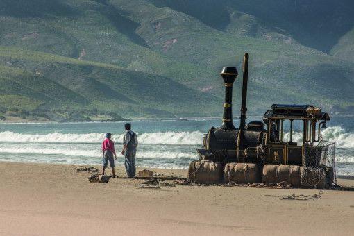 Jim Knopf (Solomon Gordon, links), Lukas (Henning Baum) und Dampflok Emma werden von einem gewaltigen Sturm an die Küste Mandalas gespült.