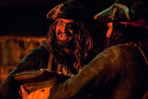 Der Kapitän der Wilden 13 (Rick Kavanian) verscherbelt unschuldige Babys an den Drachen Frau Malzahn.