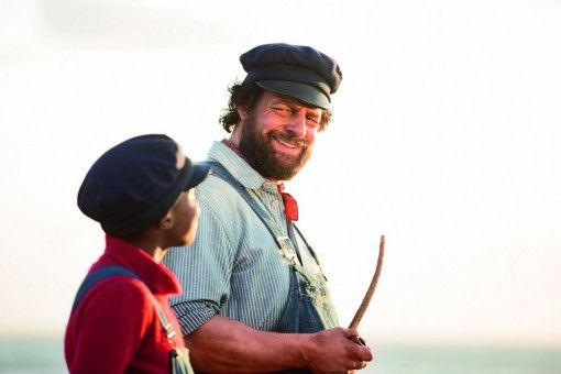 Jim Knopf (Solomon Gordon, links) und Lukas (Henning Baum) begeben sich auf eine turbulente Reise.