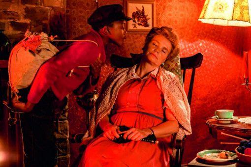 Heimlich begibt sich Jim Knopf (Solomon Gordon) auf eine große Reise - ohne die schlafende Frau Waas (Annette Frier) zu informieren.
