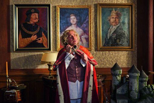 König Alfons, der Viertel-vor-Zwölfte (Uwe Ochsenknecht) macht sich Sorgen um sein winzig kleines Königreich.