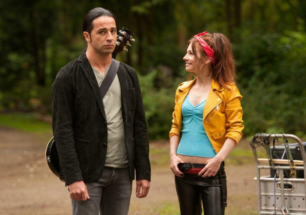 Seine Schwester Jessi (Josefine Preuß) soll Sammy (Bülent Ceylan) bei seiner Musikkarriere unterstützen.