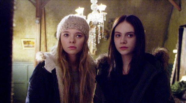 Vera (Taylor Hickson, links) und ihre Schwester Beth (Emilia Jones) ziehen mit ihrer Mutter in das Haus ihrer verstorbenen Tante.