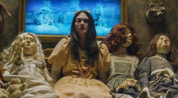 Die Familie wird von Eindringlingen brutal attackiert, Beth (Emilia Jones) ist völlig verängstigt.