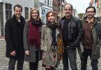 """Mirko Lang (als Jan Köhler), Anna von Haebler (als Lena Testorp), Kathrin Angerer (als Maria Gundlach), Marek Erhardt (Als Oskar Schütz) und Arnel Taci (als Cem Aladag) in der ZDF-Serie """"SOKO Hamburg""""."""