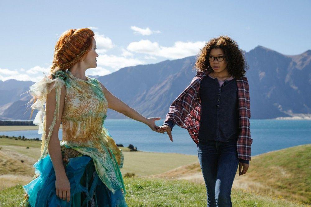 Mrs. Soundso (Reese Witherspoon) nimmt Meg (Storm Reid, rechts) mit in eine andere Welt. Dort soll ihr Vater sein.