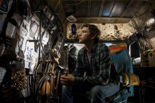 In einem alten Van kann Wade (Tye Sheridan) mithilfe einer VR-Brille ungestört in die OASIS schlüpfen.