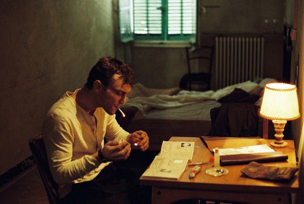 Zunächst ziellos umherirrend nimmt Georg (Franz Rogowski) die Identität des toten Schriftstellers Weidel an, um ein Visum zu ergattern.