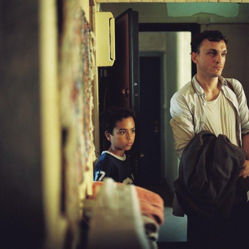 Driss (Lilien Batman), der kleine Sohn seines verstorbenen Freundes Heinz, sieht in Georg (Franz Rogowski) einen Ersatzvater.