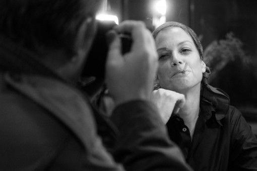 Romy (Marie Bäumer) wird von Robert Lebeck (Charly Hübner) bei einem spontanen Besuch einer Hafenkneipe begeistert fotografiert.