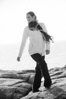 Mit ihrer entwaffnenden Fröhlichkeit posiert Romy Schneider (Marie Bäumer) auf den Felsen spontan für den Fotografen.