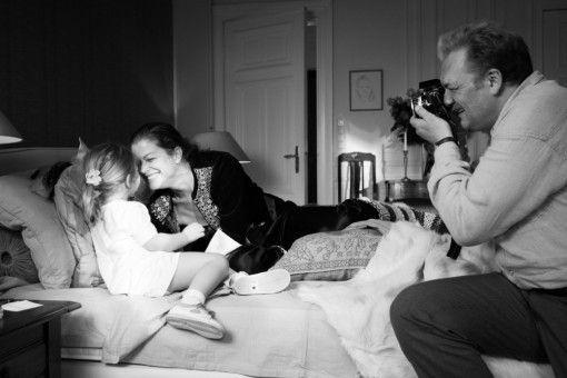 Zurück in Paris fotografiert Lebeck (Charly Hübner) Romy (Marie Bäumer) auch mit ihrer kleinen Tochter.
