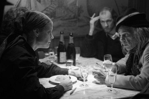 Romy (Marie Bäumer) tanzt und unterhält sich in der Hafenbar mit einem alten Clochard und Poeten (Denis Lavant).