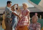 Mama Moll (Isabella Schmid) amüsiert sich im Wellness-Urlaub mit einem Kurschatten.