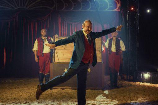 Unfreiwillig legt Papa Moll (Stefan Kurt) einen Auftritt im Zirkus hin.