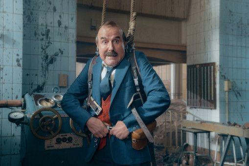 Papa Moll (Stefan Kurt) versucht die explodierende Schoko-Maschine mit ungewöhnlichen Mitteln zu stoppen.