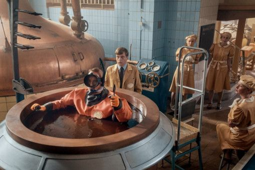 Papa Moll (Stefan Kurt, links) geht auf Tauchstation in der Schoko-Maschine, um dem Defekt auf den Grund zu gehen, Vorarbeiter Glotz (Philippe Graber) bleibt skeptisch.