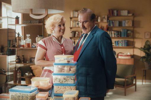 Mama Moll (Isabella Schmid) hat natürlich fleißig vorgekocht und gibt Papa Moll (Stefan Kurt) für das Wochenende letzte Instruktionen.