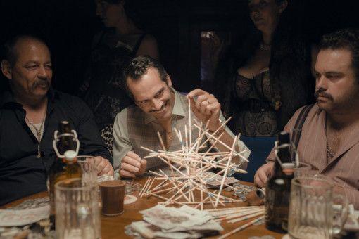 Juniorchef Stuss (Martin Rapold, Mitte) geht seinen abstrusen Hobbys nach, während Moll sich mit der Produktionssteigerung in der Fabrik und Stuss' Kindern abplagt.