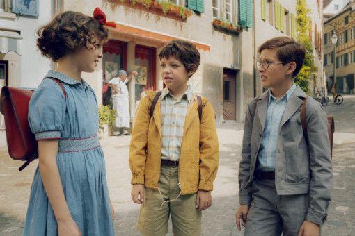 Evi (Luna Paiano), Fritz (Maxwell Mare, Mitte) und Willy (Yen Hess) werden auf dem Schulweg regelmäßig von Stuss' Kindern gemobbt.