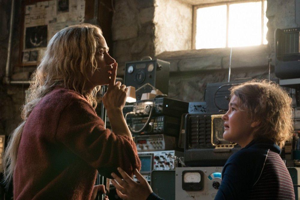 Nach einer Monsterinvasion sind die überlebenden Menschen gezwungen, in völliger Stille zu leben. So verständigen sich Evelyn (Emily Blunt, links) und ihre Tochter Regan (Millicent Simmonds) in Gebärdensprache.