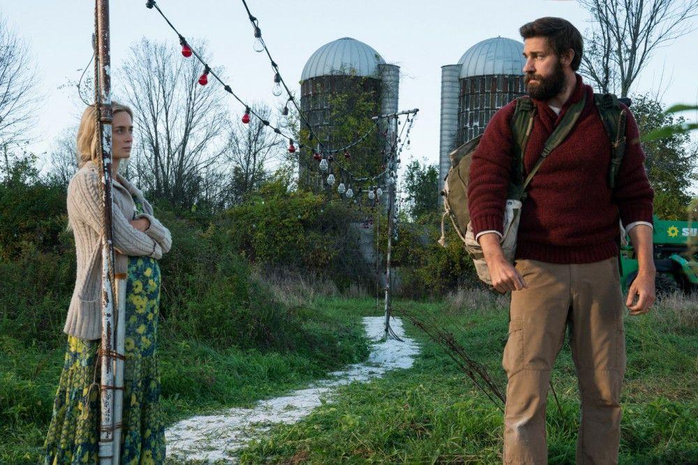 Evelyn (Emily Blunt) und Lee Abbott (John Krasinski) verstecken sich mit ihren Kindern in einem alten Farmhaus.