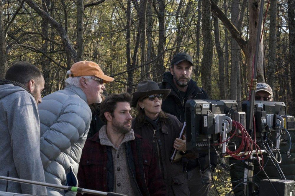 """John Krasinski (Mitte) bei den Dreharbeiten. Der Regisseur liefert mit """"A Quiet Place"""" seine dritte Regiearbeit ab, übernahm eine der Hauptrollen und arbeitete am Drehbuch mit."""