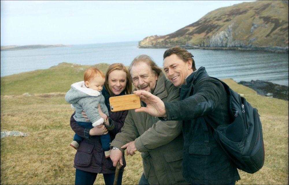 Rorys (Brian Cox) Sohn (JJ Feild, rechts) lebt mit Frau (Thora Birch) und Sohn in San Francisco.