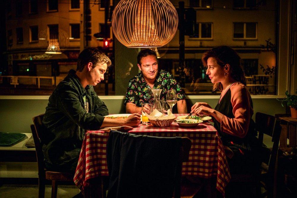 Ivo (Frederick Lau, Mitte) lernt Nachwuchs-Fußballer Lukas (Mateo Wansing Lorrio) und dessen Mutter Vera (Antje Traue) kennen.