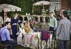 Diana (Claire Foy) kümmert sich rührend um ihren gelähmten Ehemann (Andrew Garfield).