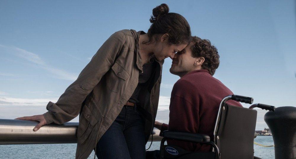 Jeff (Jake Gyllenhaal) hat Erin (Tatiana Maslany) beim Marathon angefeuert, als die Sprengsätze explodierten. Er verlor bei dem Anschlag beide Beine.