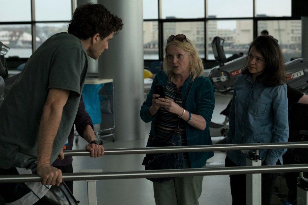 Jeff (Jake Gyllenhaal) muss sich wieder zurück ins Leben kämpfen. Seine Mutter (Miranda Richardson, Mitte) und Erin (Tatiana Maslany) unterstützen ihn.