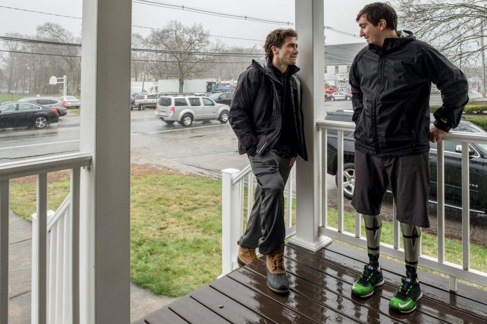 """Jeff Baumann (rechts) und Jake Gyllenhaal am Set von """"Stronger""""."""
