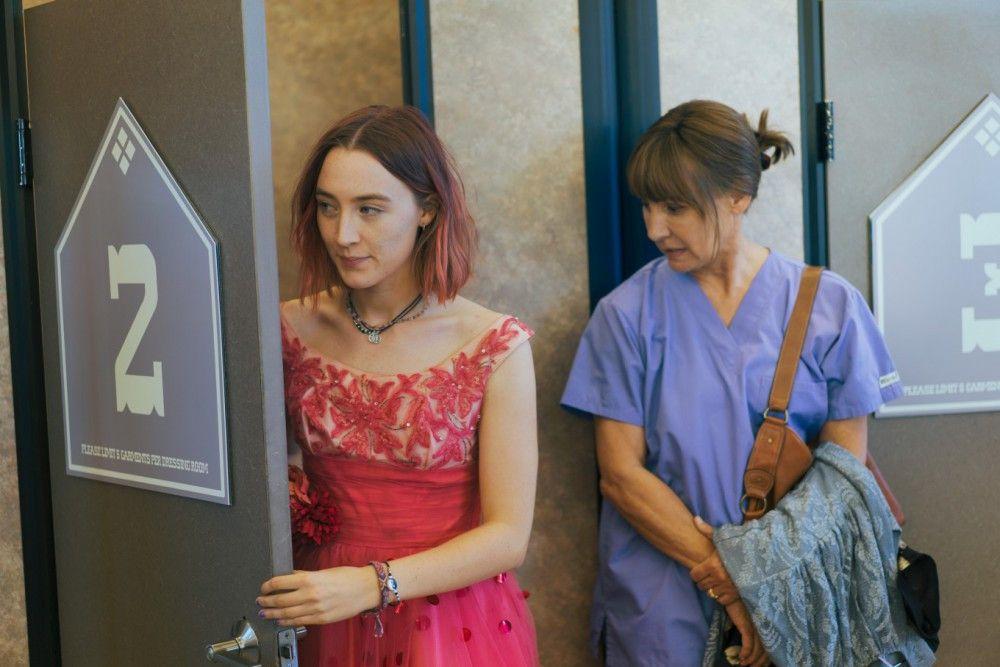 """Christine (Saoirse Ronan, links) nennt sich selbst """"Lady Bird"""" - und will auch, dass alle anderen sie so nennen. Der Teenie wünscht sich nichts sehnlicher, als in New York aufs College gehen zu dürfen. Doch ihre Mutter (Laurie Metcalf) hätte sie lieber weiterhin in der Heimatstadt."""