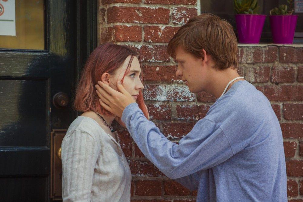 """""""Es ist schwer, hier ein Mädchen zu finden, das nicht meine Cousine ist"""", verrät ihr Lady Birds (Saoirse Ronan) erster Freund (Lucas Hedges), bevor er sie verlässt - für einen Jungen."""
