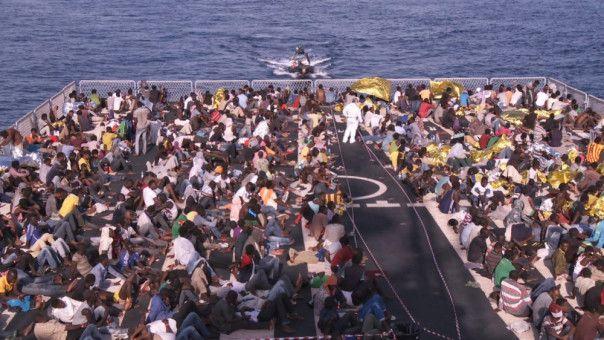 """Imhoof wird Zeuge einer Rettungsaktion, bei der 1800 Flüchtlinge an Bord der """"Mare Nostrum"""" aufgenommen werden."""