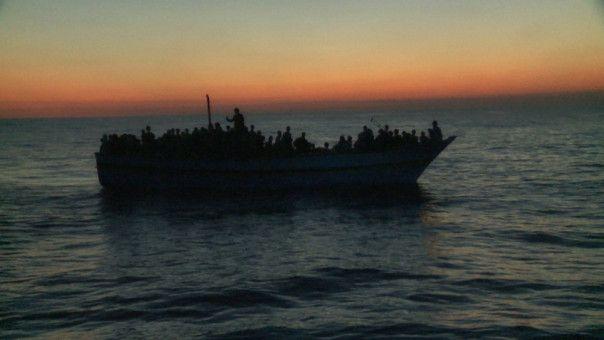 """""""Die Glücklichen verwalten die anderen"""": Ein überfülltes Flüchtlingsboot vor der libyschen Küste."""